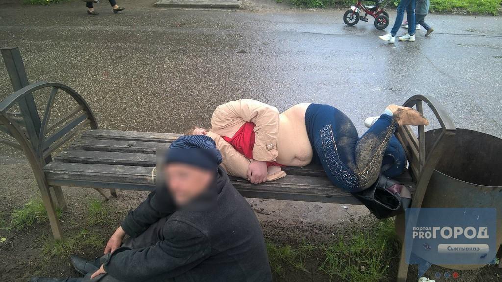 Пьяную бабу на улице что