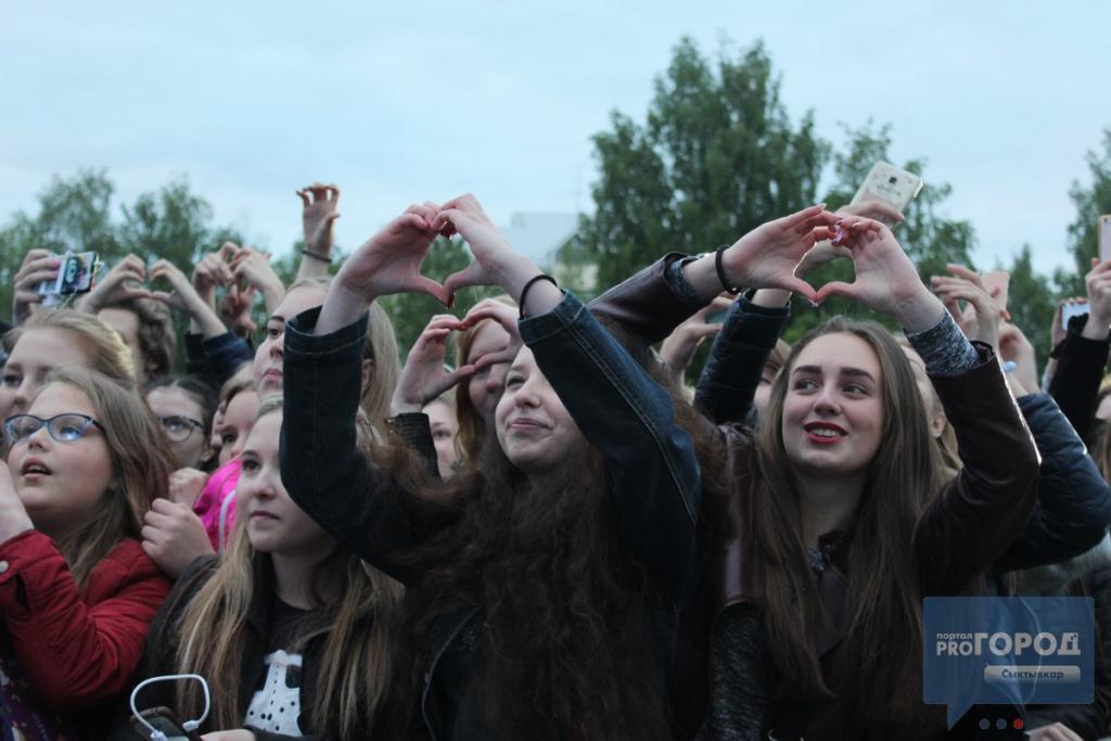 На концерте группы MBAND в Сыктывкаре люди падали вместе с ограждениями, фото-3