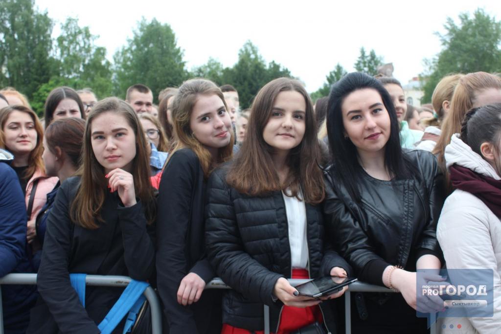 На концерте группы MBAND в Сыктывкаре люди падали вместе с ограждениями, фото-5