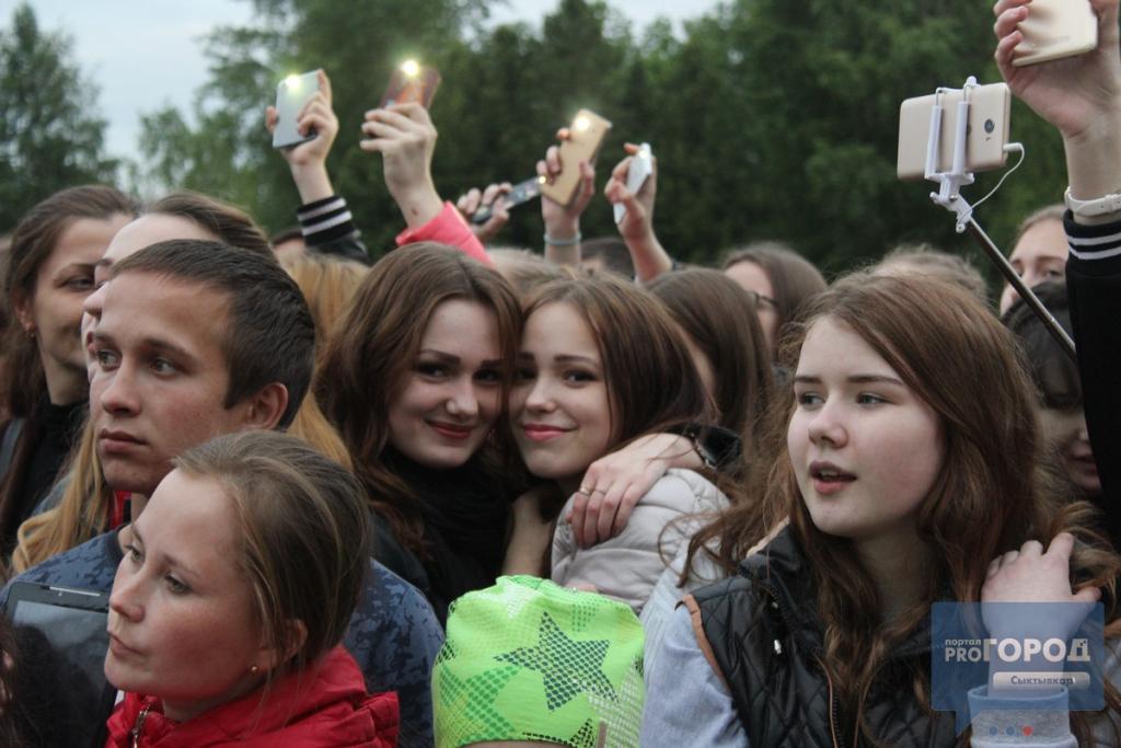 На концерте группы MBAND в Сыктывкаре люди падали вместе с ограждениями, фото-6