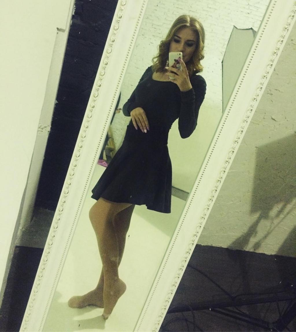 Девушка в юбке на концерте
