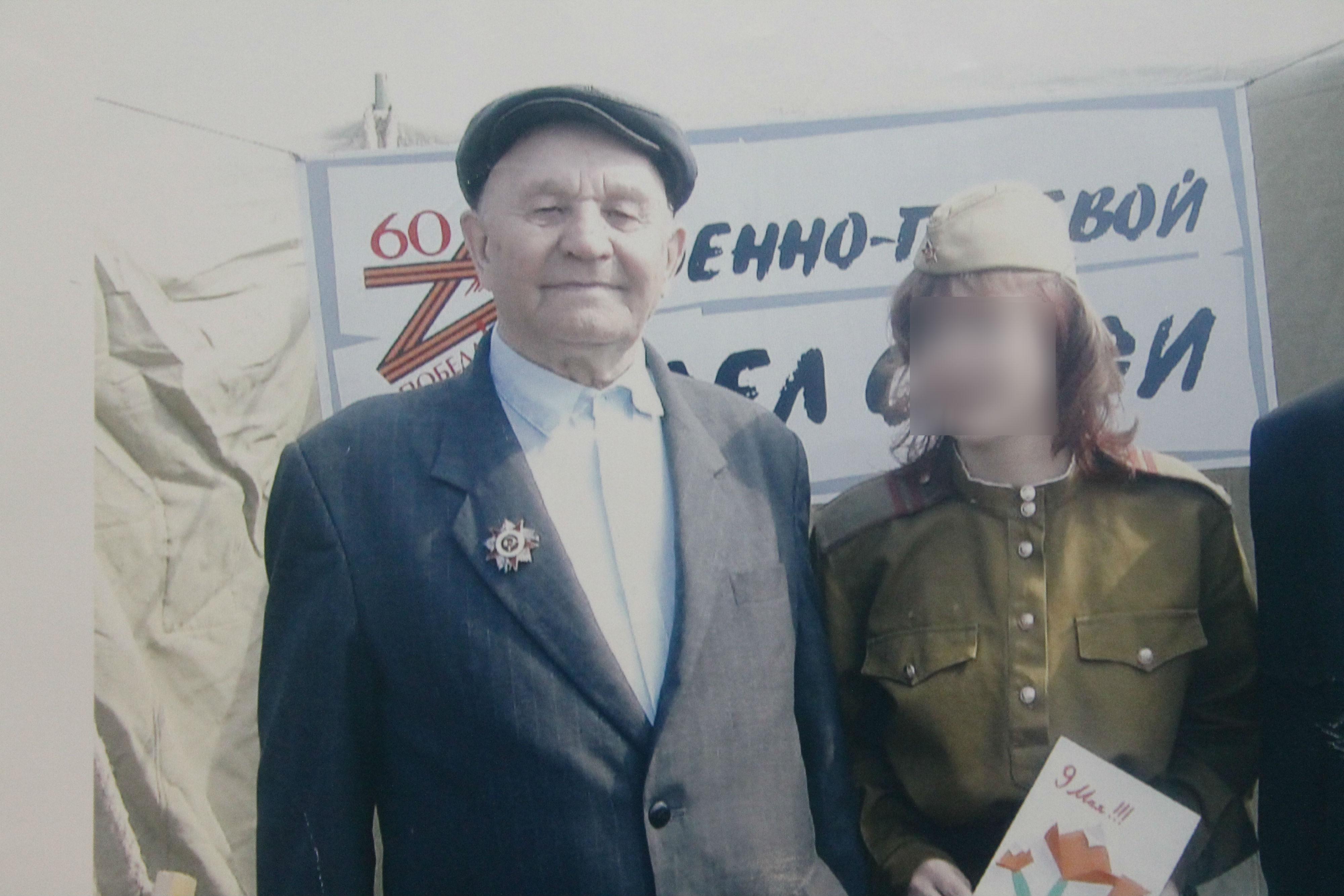 фото обнаженного привязанного мужчины с девушкой рядом