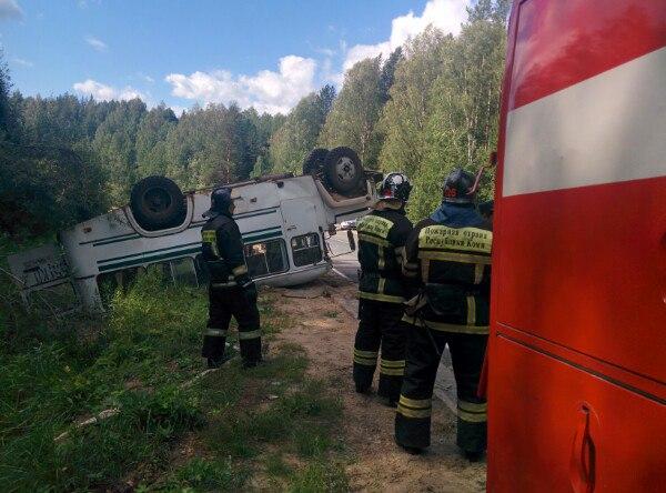 Автобус сдетьми перевернулся вКоми