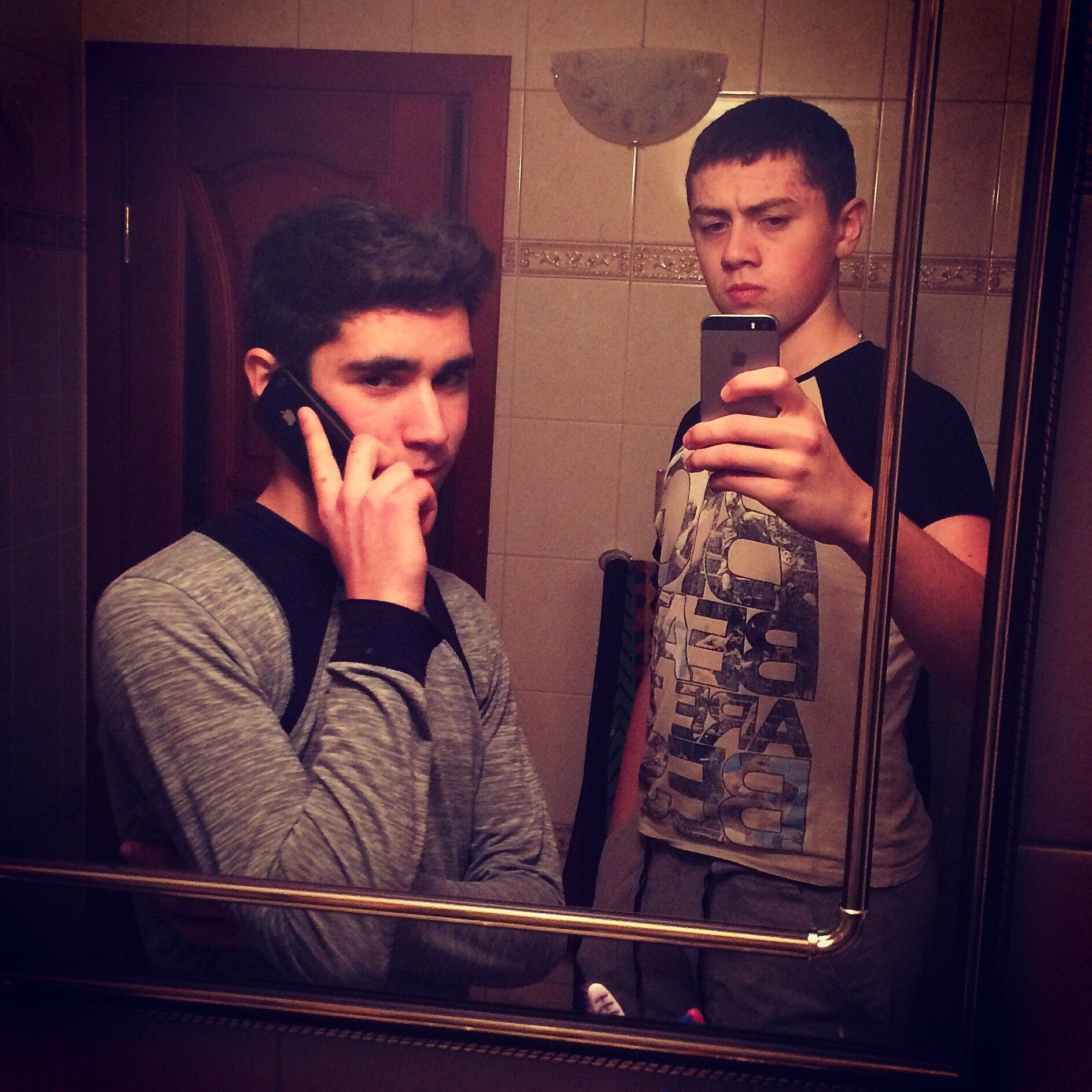 Две милашки с парнем плещутся в ванной фото 597-84
