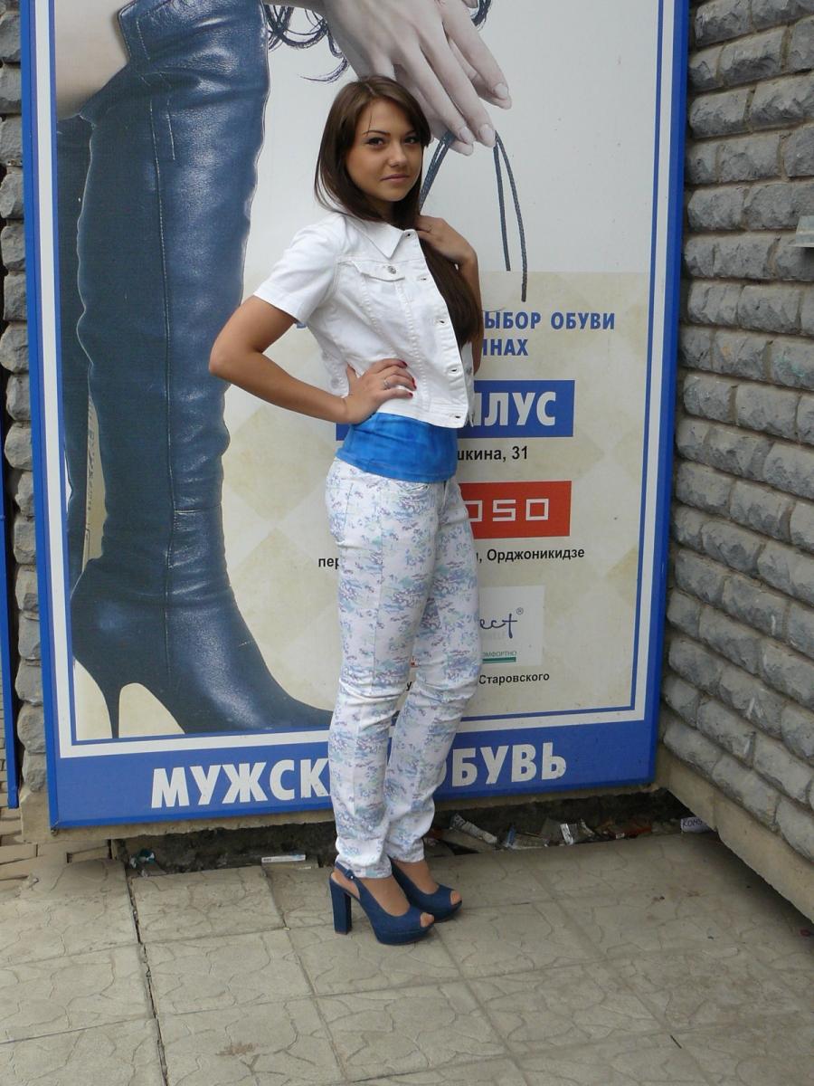 devushkam-na-ulitse-srivayut-odezhdu
