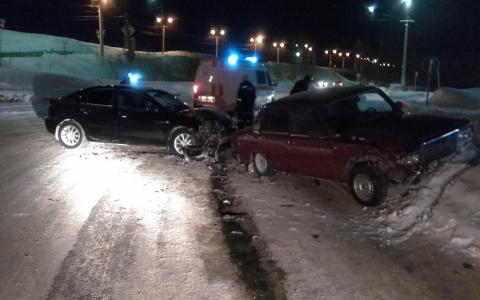 В Коми девушка за рулем иномарки не стала пропускать ВАЗ и врезалась в него