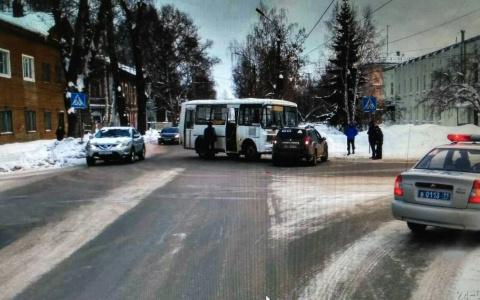 В Сыктывкаре «Рено» протаранил автобус: пострадал пассажир маршрута (фото)