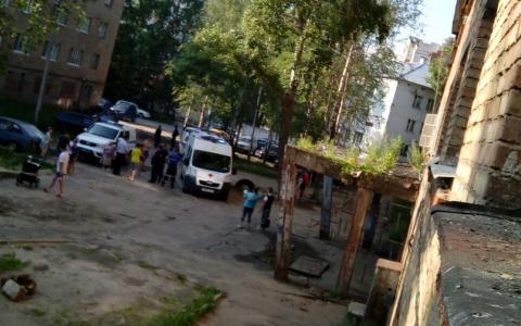 Сыктывкарцы сообщили, что с крыши общежития упал человек (фото)