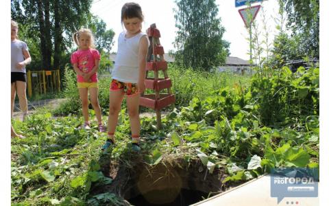 Фото дня: девочка стоит на краю колодца, в который она упала