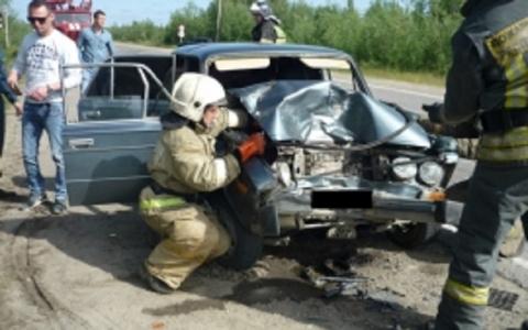 На трассе в Коми влетели в «Урал» трое парней на «Жигулях» (фото)