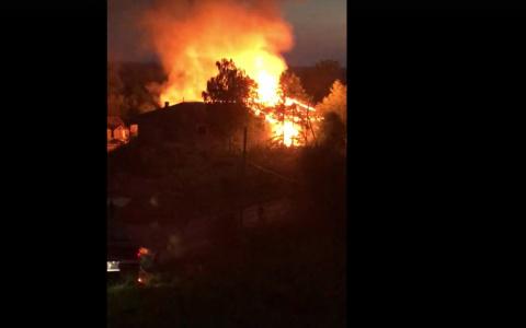 В Коми мощный пожар охватил дом на набережной (видео)
