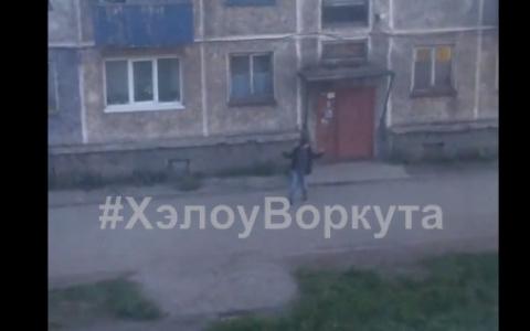 В Коми мужчина зажигательно танцевал на улице в полном одиночестве (видео)