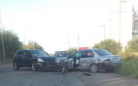 В Коми пьяный водитель «Ниссана» въехал в «Мицубиси», пострадали двое (фото)