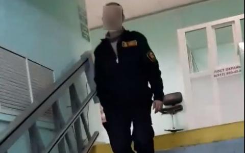 Сыктывкарка требовала подъемник для инвалидов, но охранник поликлиники «послал» её (видео)