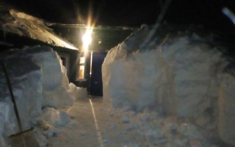 В Коми мужчина 12 часов откапывал свой дом из снега