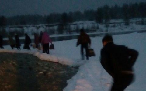 В Коми жители поселка рискую жизнью: они ежедневно ходят по краю огромной дыры во льду (фото)