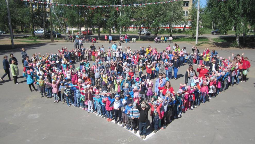 В Сыктывкаре дети выстроились в форме огромного сердца (фото)
