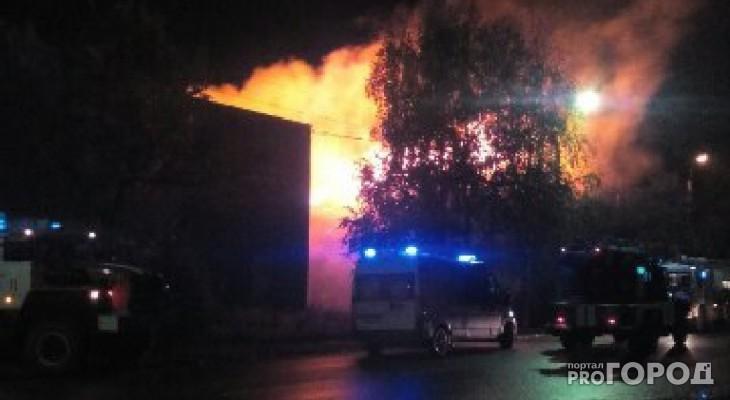 Выяснилось, что причиной пожара в деревянном доме в Сыктывкаре стал поджог