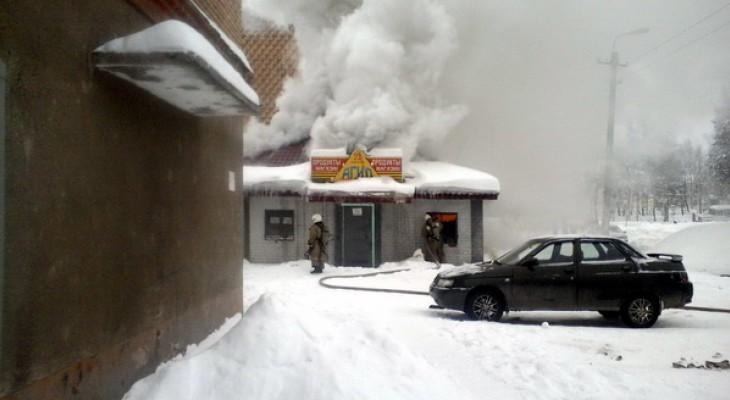В Коми двое человек погибли в здании бывшего магазина, где произошел пожар (видео)