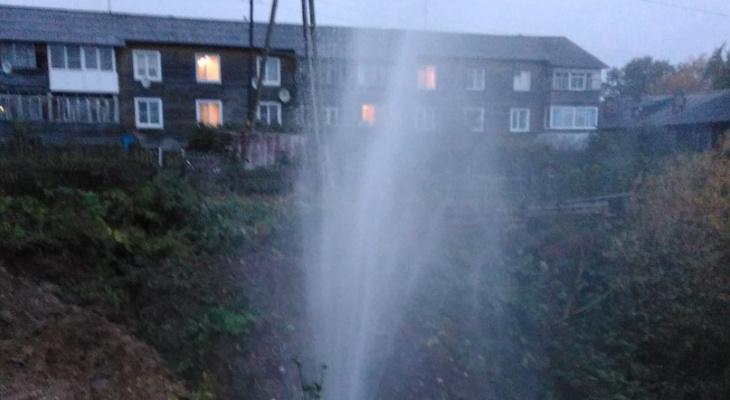 В Сыктывкаре из-под земли хлещет 15-метровый фонтан (фото)