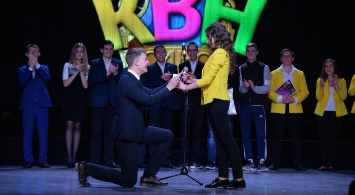 В Коми парень сделал предложение любимой девушке прямо на сцене КВН