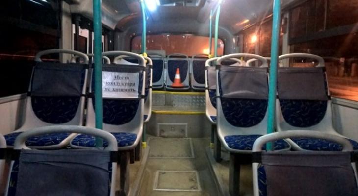 Появилось видео, как в Сыктывкаре мужчина получил травму в автобусе