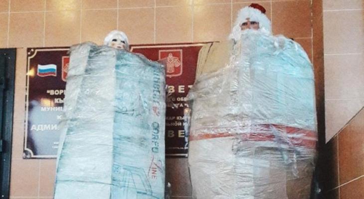 В одном из городов Коми заметили необычных Деда Мороза и Снегурочку