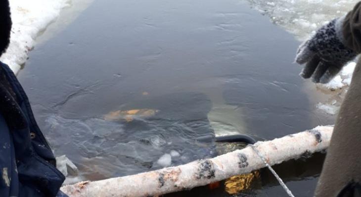 В Коми спасатели вытаскивают из-подо льда утонувший внедорожник (фото)