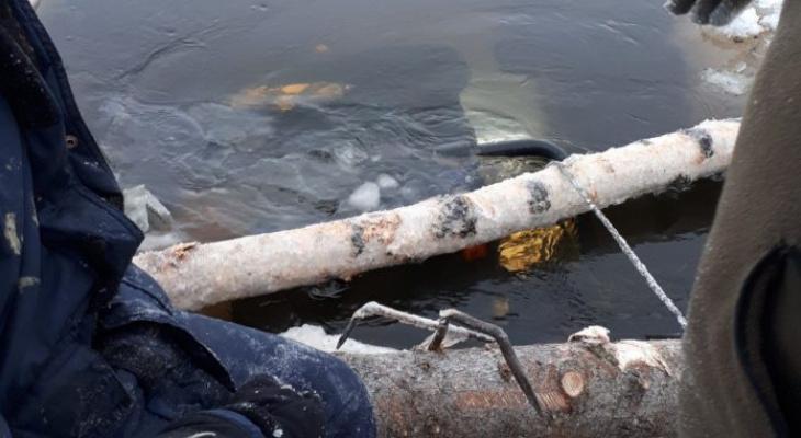 В Коми «Ленд Крузер» провалился под лёд