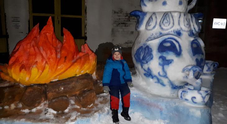 Сыктывкарец слепил из снега скульптуры костра и чайника размером с человека