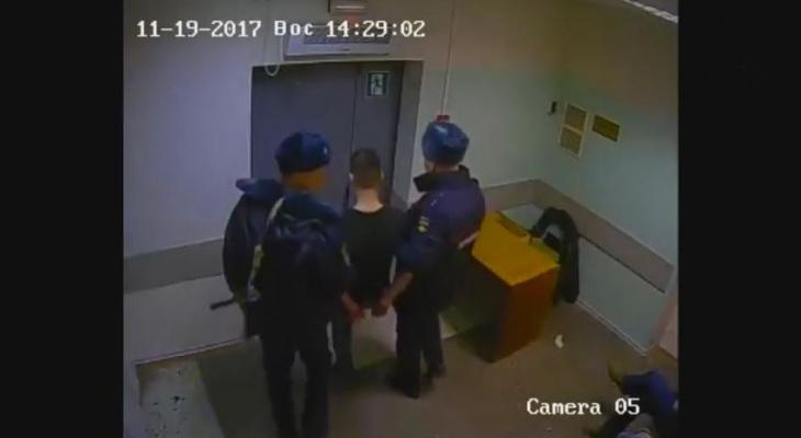 Появилось видео инцидента, когда в Коми пациент пытался задушить врача