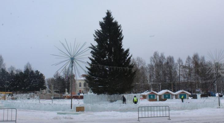 В Сыктывкаре на Стефановской площади убирают новогодний городок, а елку отдадут художникам (фото)