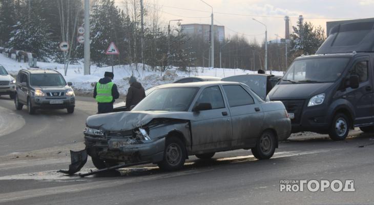В Сыктывкаре водитель «десятки» засмотрелся и протаранил две «Киа» (фото)