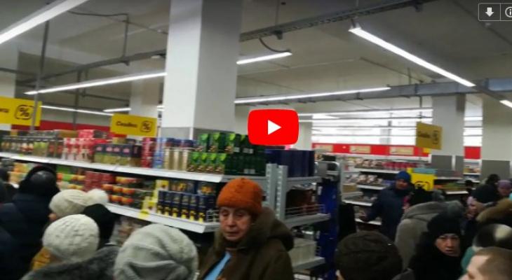 Жители Коми толпой штурмовали новый продуктовый супермаркет (видео)