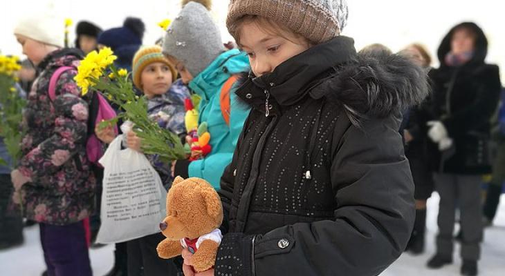 В Сыктывкаре дети принесли игрушки к мемориалу жертв пожара в Кемерово