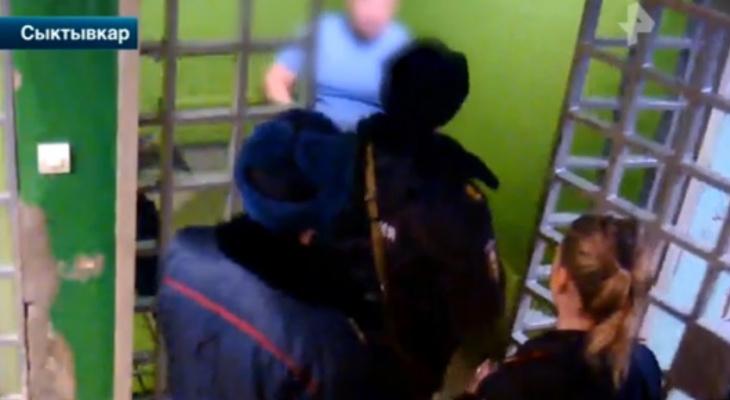 Появилось видео, как пьяный сыктывкарец подрался с полицейскими прямо в отделении