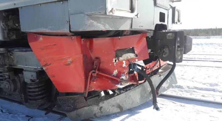 В Сети появились фото с места ДТП в Коми, где внедорожник попал под поезд