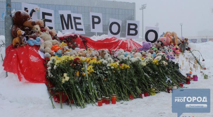 Сыктывкарцы увидели, как две девушки забрали игрушки с мемориала жертвам пожара в Кемерове