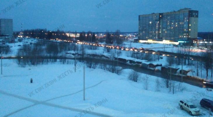 Новый режим работы светофора вызвал в Сыктывкаре транспортный коллапс