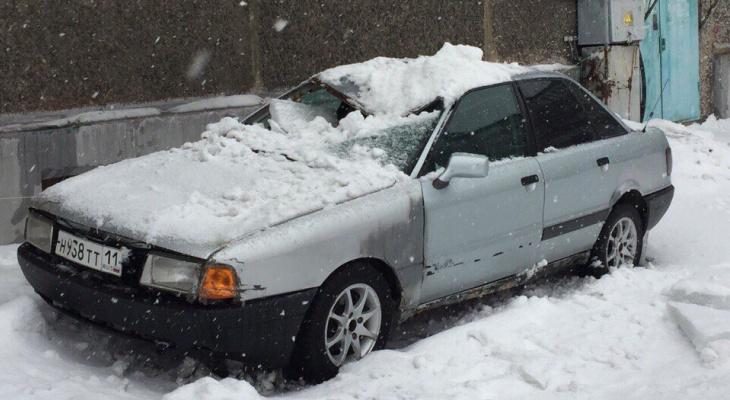 В Коми у «Ауди» крыша сложилась книжкой от упавшего на нее снега (фото)