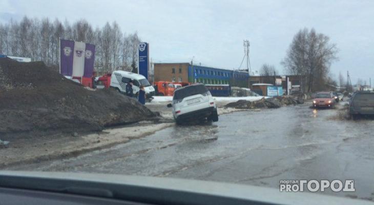 В Сыктывкаре внедорожник «Митсубиши» провалился в дыру в асфальте (фото)