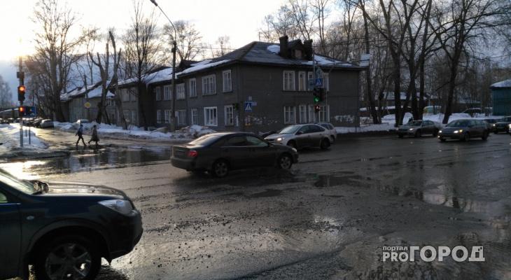 В Сыктывкаре два автомобиля попали в одну дорожную ловушку
