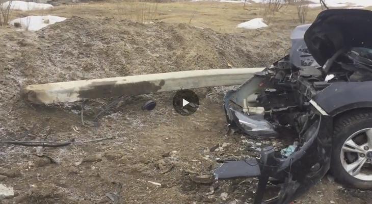 В Сыктывкаре водитель без прав за рулем «Форда» снес столб (видео)