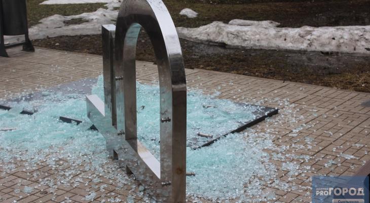 Появились фото с места в Сыктывкаре, где разбили памятник рублю
