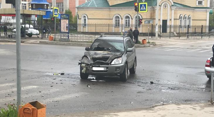 В Сыктывкаре возле церкви вспыхнул внедорожник (фото)