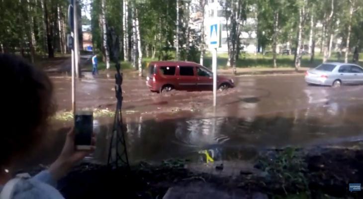 После ливня улица в Сыктывкаре превратилась в полноводную реку (фото, видео)