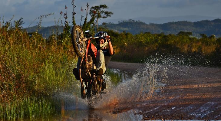 На трассе в Коми пьяный водитель без прав перевернулся на мотоцикле