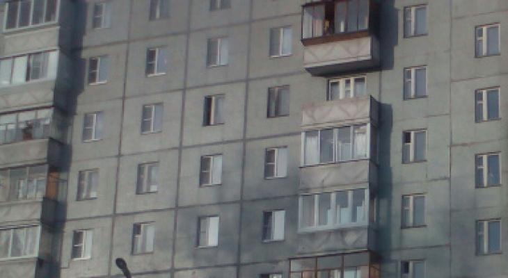 Стала известна личность сыктывкарки, которая выпала из окна многоэтажки