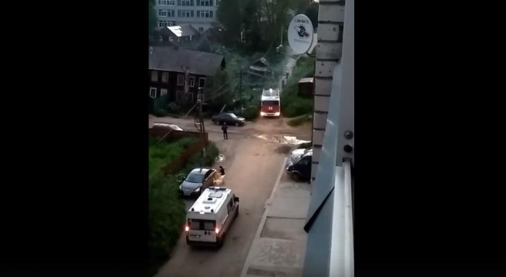 В Сыктывкаре рядом с двухэтажным деревянным домом произошел пожар (видео)