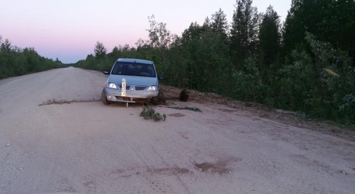 В Коми «Рено» неделю стоит прямо на дороге: вандалы разобрали машину на запчасти (фото)